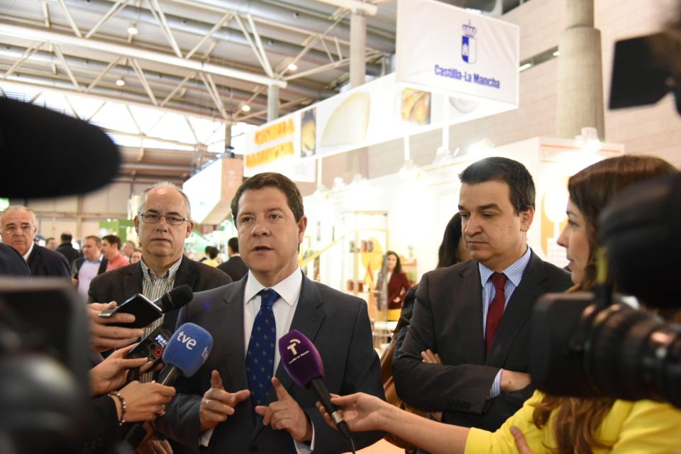 García-Page, de visita en el stand regional en Alimentaria, en Barcelona. // Foto: JCCM