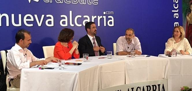 De izq. a dcha.: Pablo Bellido (PSOE); Orlena de Miguel (C´s); Alfredo Palafox, director general de Nueva Alcarria; Ariel Jerez (Podemos) y Silvia Valmaña (PP), durante el debate.