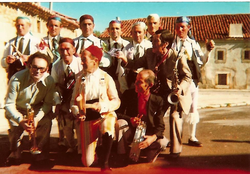 Danzantes de Galve de Sorbe junto a dulzaineros de Cantalejo (Segovia), años 79. // Foto: Antonina Gallego.
