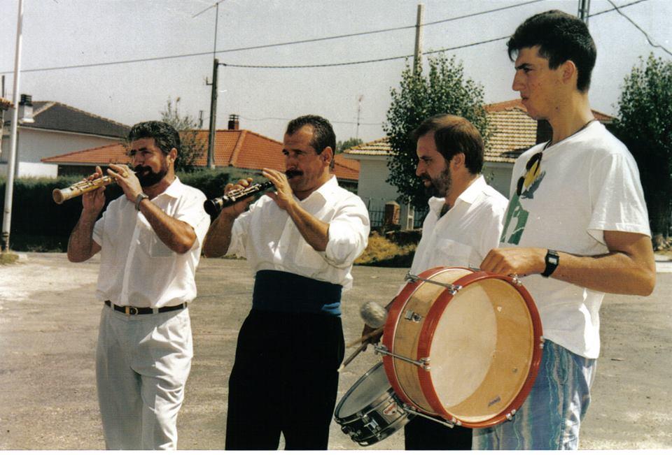José Mari Canfrán (segundo por la izq.) junto al dulzainero Antonio Garrido (izq.) y los tamborileros Carlos Blasco (segundo por la dcha.) y Antonio Garrido hijo., en Galve, en la fiesta de los danzantes de 1990.
