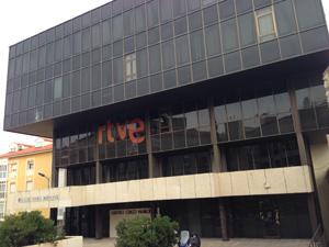 El edificio negro es la sede de numerosas asociaciones culturales de la capirtal