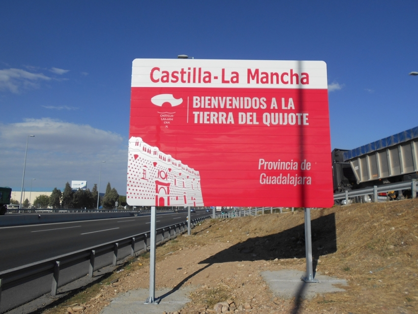 Señal instalada por la Junta de Castilla-La Mancha en la entrada a Guadalajara por la A-2. // Foto: JCCM