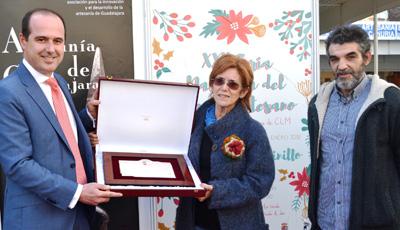 El delegado de la Junta entrega a Beatriz Nadal de Cerámicas Aliaga de Tendilla la placa al Mérito Artesanal