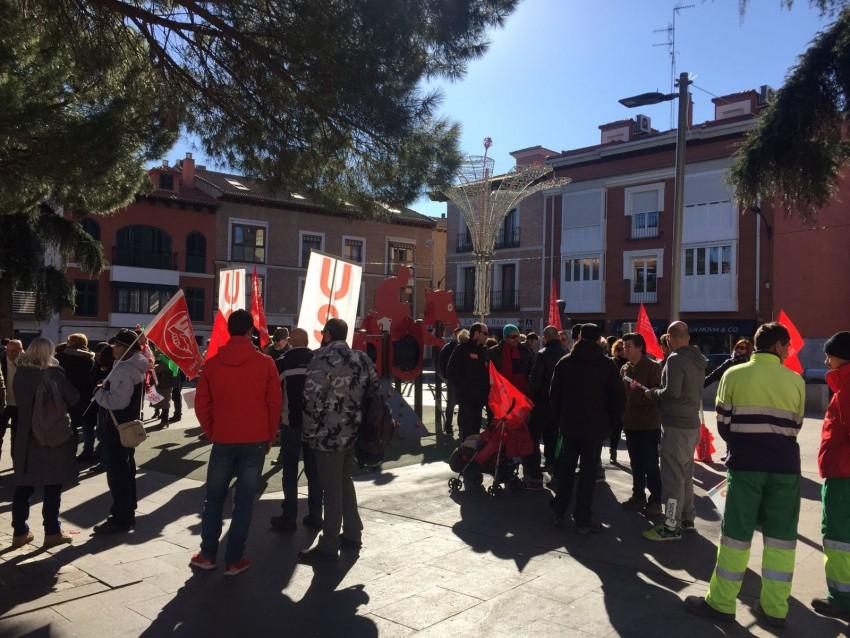 Los trabajadores de recogida de basuras se han manifestado frente a la Diputación