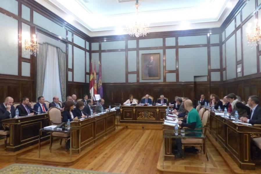 Pleno de la Diputación Provincia,l, en primer término a la derecha, la diputada Yolanda Ramírez