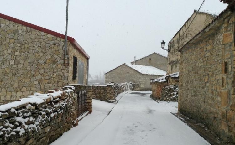 Calles vacías y nevadas, estampa habitual en los pueblos del interior de Castilla en invierno. // Foto: R.C.