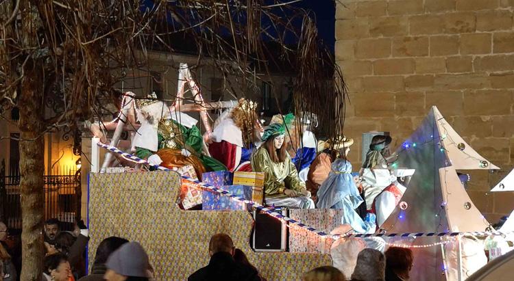 Los Reyes Magos recorren en carroza las calles de Sigüenza