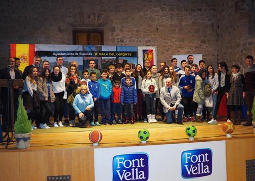Foto de familia de los distinguidos como mejores deportistas de Sigüenza
