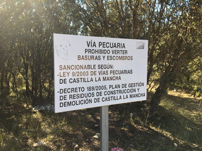 Cartel con la prohibición de verter basuras y escombros que no es respetado