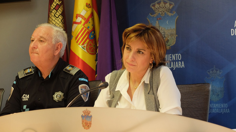 Encarnación Jiménez, concejal de Seguridad, por Julio Establés, presentan la memoria de la Policía Local