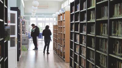 Sala de préstamo de la biblioteca de Cabanillas