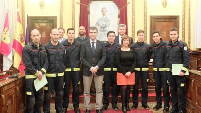 Román preside la toma de posesión de los siete nuevos bomberos de Guadalajara