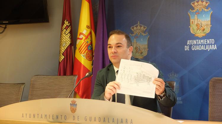 Carnicero muestra uno de los documentos enviados por Sanidad