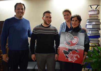 El jurado posa con el cartel ganador del próximo maratón de los cuentos
