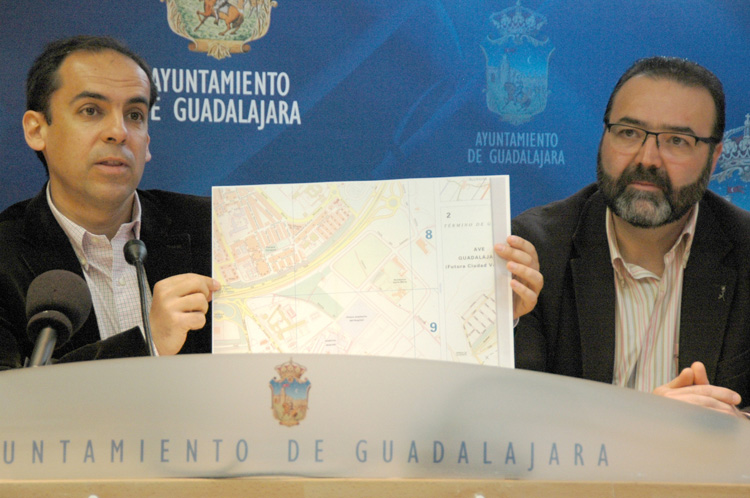 Daniel Jiménez en rueda de prensa iniciando el nuevo viario que está reflejado en un mapa del ayuntamiento