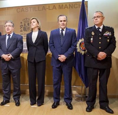Félix Antolín, a la derecha, ayer, durante la jura de su cargo de Jefe Superior de la Policía de Castilla-La Mancha, arropado por los ministros Juan Ignacio Zoido y María Dolores de Cospedal. (Foto: clm24.es)