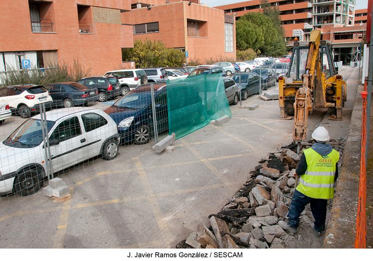 El (SESCAM) ultima diversos trabajos para mejorar la movilidad dentro del recinto del Hospital Universitario de Guadalajara, ante la próxima puesta en marcha del nuevo aparcamiento.