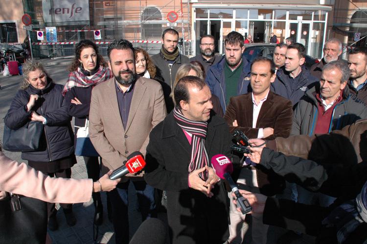 El líder del PSOE ha convocado una rueda de prensa en la estación de cercanías de Guadalajara