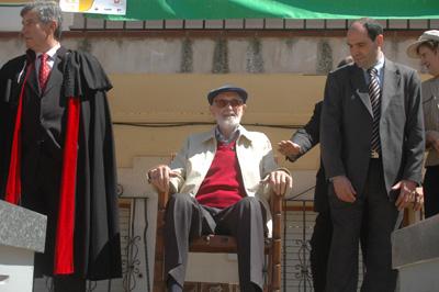 """José Luis Sampedro recibe """"Su peso en Miel"""" en Peñalver en abril de 2007"""