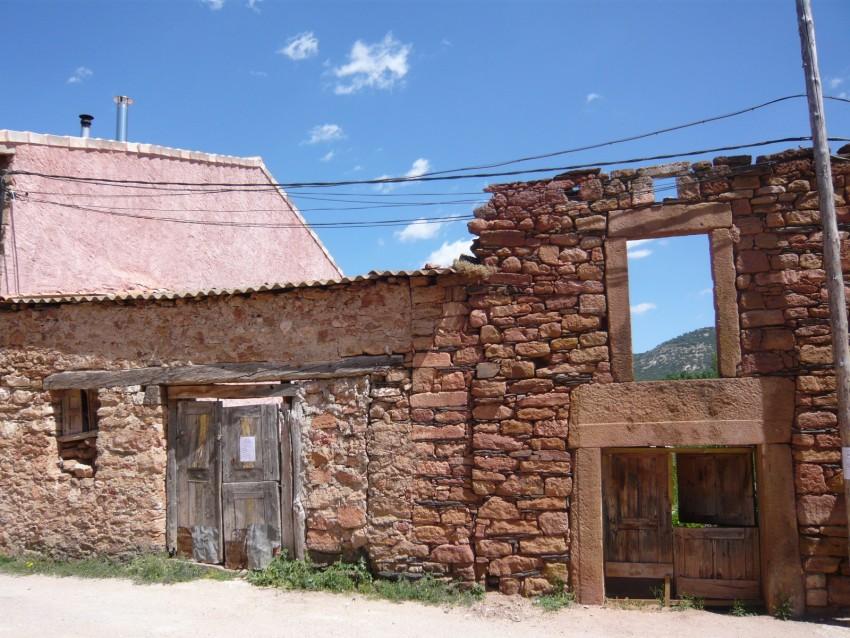 Una casa abandonada en Albendiego. // Foto: R.C.