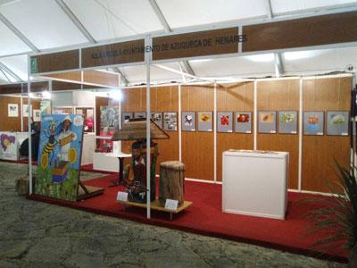 Expositor del Aula Apícola de Azuqueca en la Feria de Pastrana en su edición del año pasado.