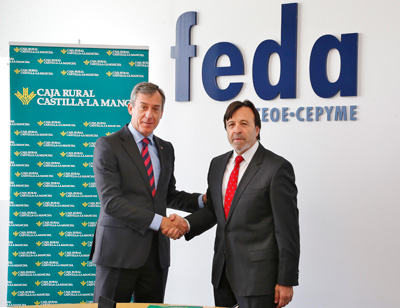 El presidente de Caja Rural Castilla-La Mancha firma el convenio con los empresarios albaceteños