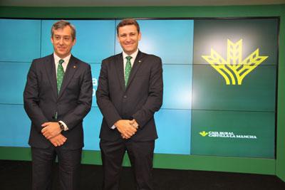 El presidente de Caja Rural Castilla-La Mancha, Javier López Martín, y el director general, Víctor Manuel Martín López en la rueda de prensa