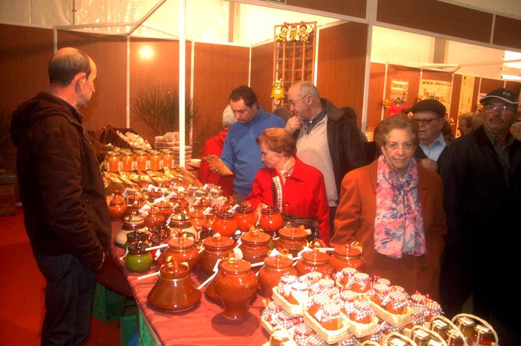 Compradores en la Feria Apícola de Pastrana