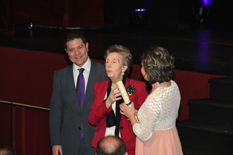 La guadalajareña Pilar Menéndez recibe su distinción de manos de la Vicenconsejera de la Mujer