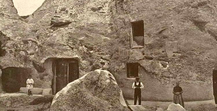 Verano de 1920. Lino, Cándida y su hija, ante la Casa de Piedra