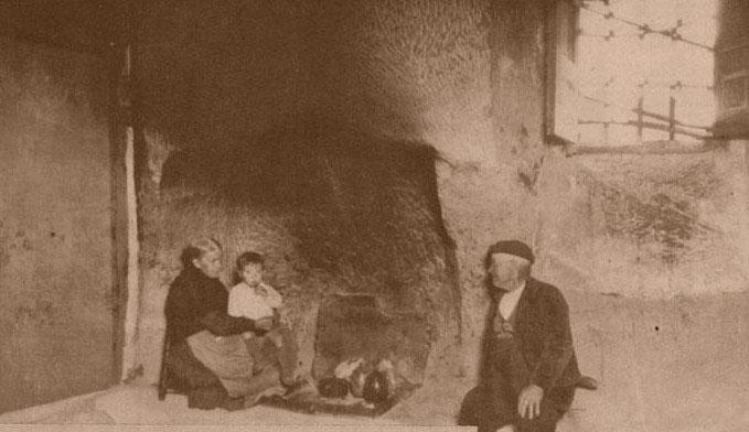 Cándida, Lino y uno de sus hijos, en la cocina de la Casa en 1932
