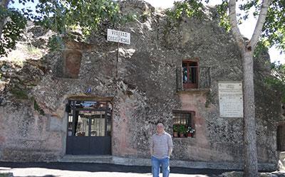 El autor, ante la Casa de Piedra