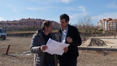 Román ha visitado las obras del parque de lL Salinera que avanzan a buen ritmo