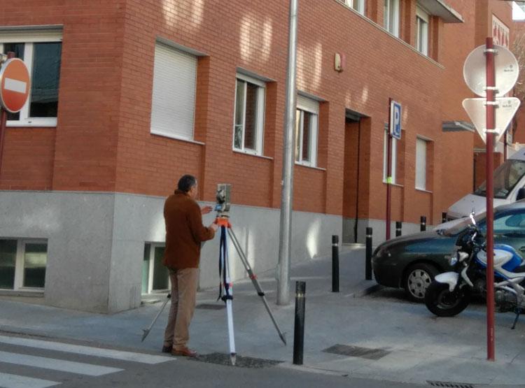 Técnicos municipales miden la parcela de la Clínica Sanz Vázquez