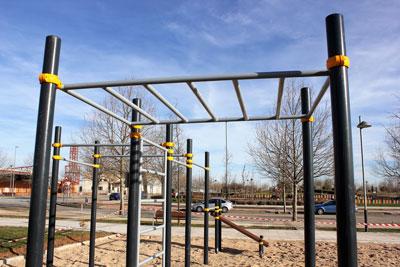 El Street Workout, es una modalidad deportiva callejera que nació en Estados Unidos y que se ha convertido en una opción para aumentar la fuerza y mejorar la movilidad