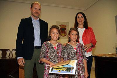 El alcalde de Pareja haciendo entrega de uno de los premios