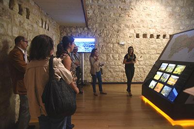 Unos turistas en el Centro de Interpretación Turística de la Provincia de Guadalajara