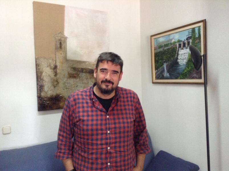 Rafael Esteban, en el Ayuntamiento de Marchamalo, durante esta entrevista. // Foto: R.G.