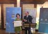 La periodista Belén Monge recogiendo el XV Premio de Periodismo sobre Medio Rural de manos de José Manuel Latre