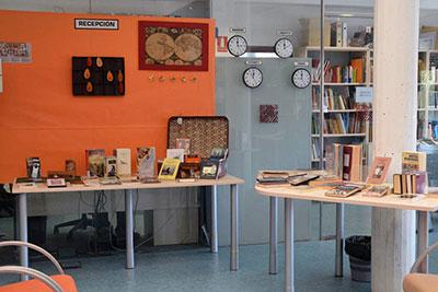 Decoración de la sala de adultos de la Biblioteca Municipal Almudena Grandes (fotografías: Álvaro Díaz Villamil / Ayuntamiento de Azuqueca)