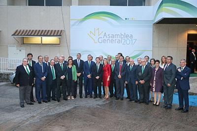 García Page con los representantes de Caja Rural Castilla-La Mancha en la cena de hermandad tras la Asamblea General