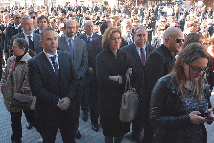 La ministra de Defensa y Presidenta del PP en la región, María Dolores de Cospedal también ha asistido a las honras fúnebres