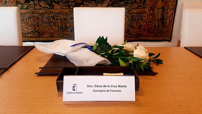 Flores en el lugar que Elena de La Cruz ocupaba en el Consejo de Gobierno