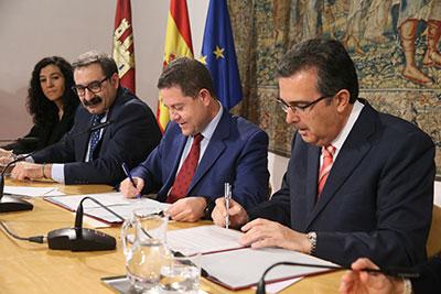 Un momento de la firma del convenio entre Castilla la mancha y la Fundación Amancio Ortega