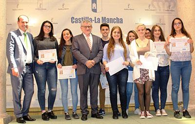 Ángel Felpeto con los alumnos premiados en los concursos organizados por el Instituto en honor a José Luis Sampedro.