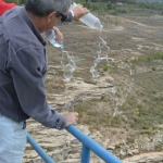 Vecinos y alcaldes muestran su oposición al trasvase sobre el viaducto de Entrepeñas