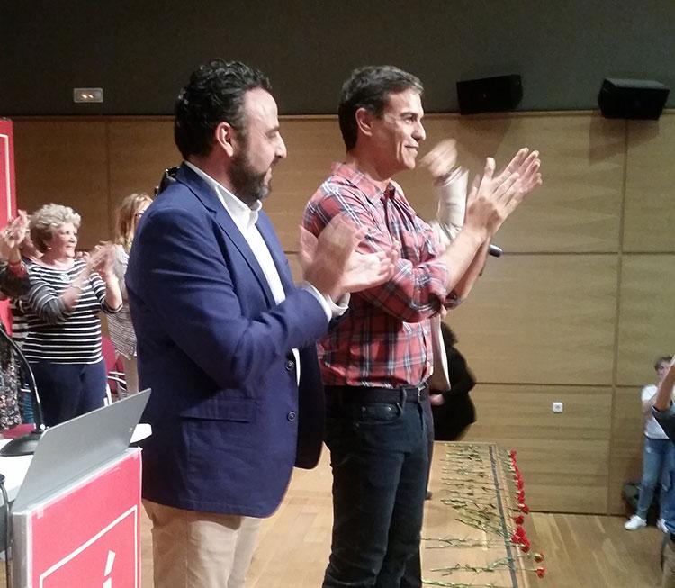 Pedro Sánchez, junto a José Luis Blanco, alcalde de Azuqueca, en la presentación de su candidatura a Secretario General