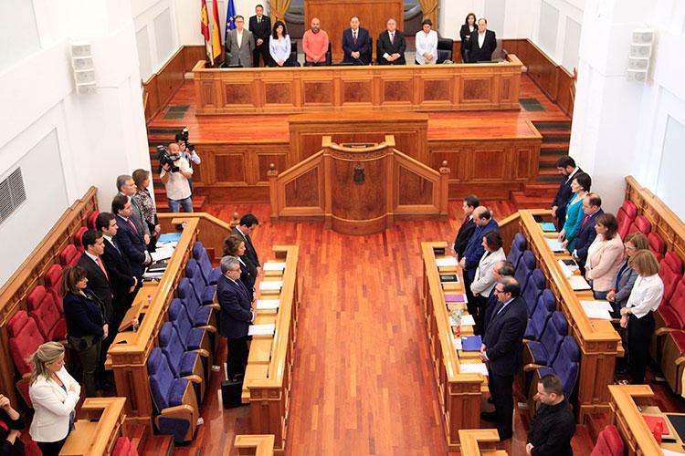 El pleno de las Cortes Regionales ha guardado un minuto de silencio en recuerdo de la Consejera de Fomento Elena de la Cruz