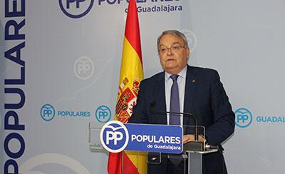 El senador de las Heras durante la rueda prensa