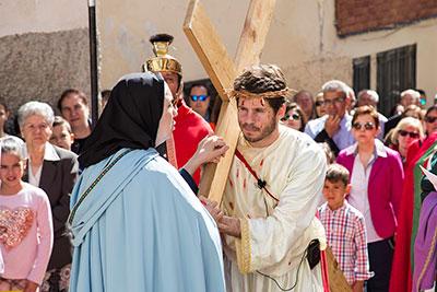 Cientos de personas asistieron en Trillo a un renovado Via Crucis